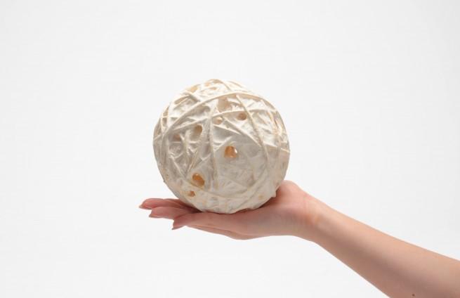 名水百選の湧き水で漉いた『愛媛県から 手漉き和紙の ボール』 写真提供:株式会社和える