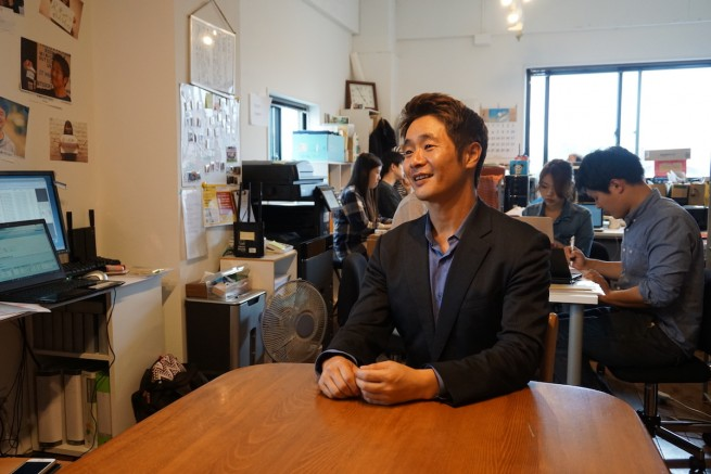 京都市内の事務所にて、帰国中の小川さん(撮影:小久保よしの)