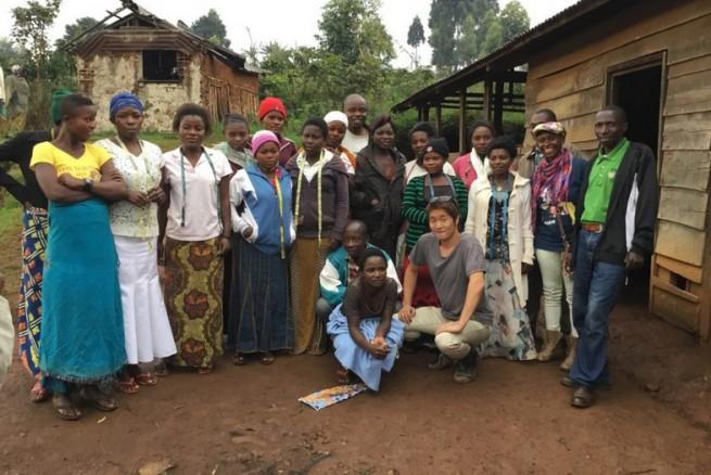 コンゴ東部・カロンゲにて。洋裁を学ぶ現地の人々と小川さん (写真提供:テラ・ルネッサンス)