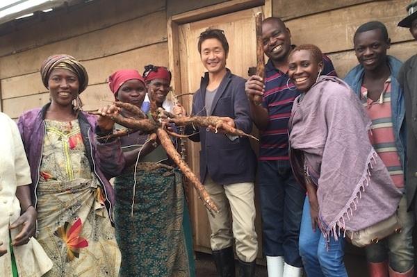 小川さんとコンゴの人々。自給食料を安定的に確保するための支援を行う (写真提供:テラ・ルネッサンス)