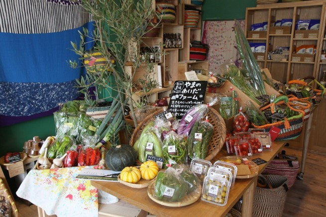 店内の棚には旬の野菜がたくさん並びます!