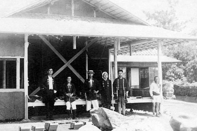 創業当時の「アラキ工務店」の写真。右から2人目が初代棟梁・荒木勇治さん。