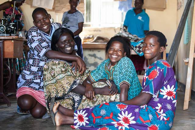 ウガンダでは、必要な職業技術、識字・計算能力などの能力向上のための 訓練などを行う(写真提供:テラ・ルネッサンス)