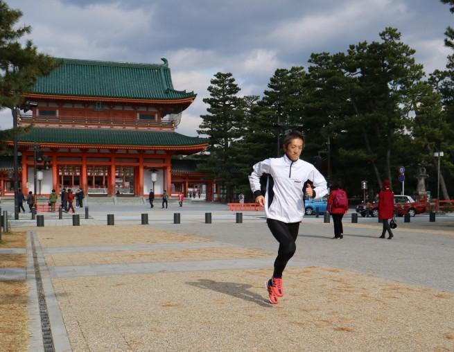 写真② 平安神宮を背に早朝練習