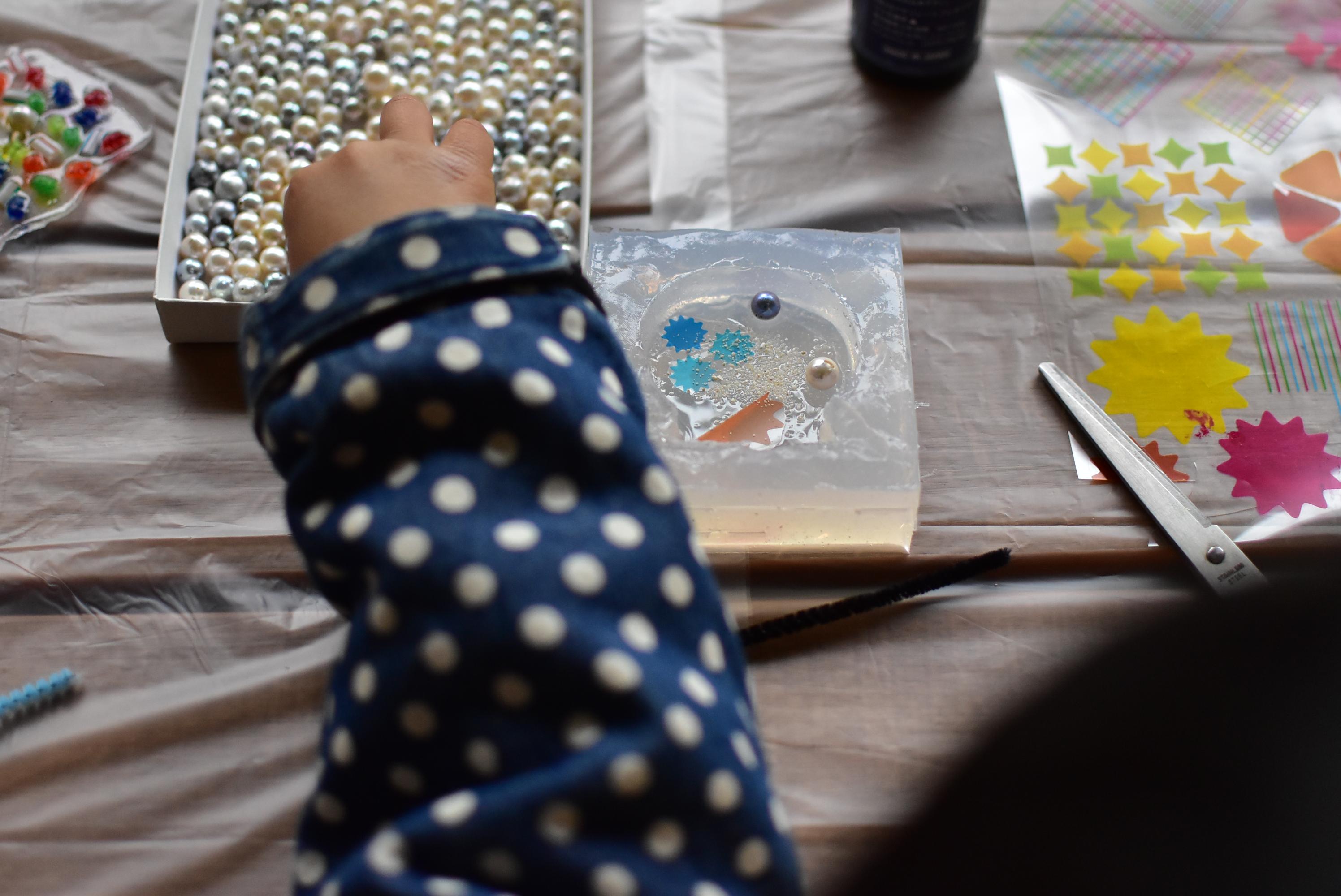 真珠にふれて親子で海や地球のことを考える、企業間コラボ・ワークショップ